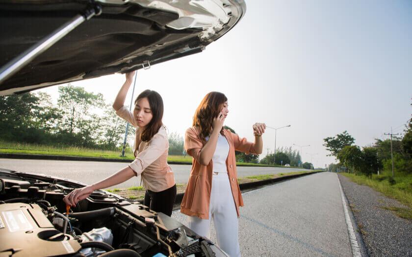ผู้หญิงเปิดฝากระโปรงหน้ารถยนต์